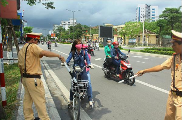 Điều khiển xe không đội mũ bảo hiểm